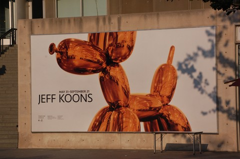 Jeff-Koons-Balloon-Dog-Photo